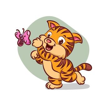Szczęśliwy kot biegnie i łapie pięknego motyla