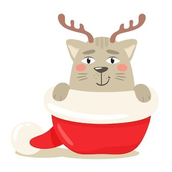 Szczęśliwy kot ukrywa się z porożem jelenia w czapce świętego mikołaja. ilustracja w stylu płaski.