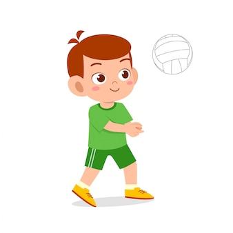 Szczęśliwy ładny chłopiec grać w siatkówkę