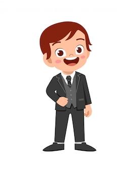 szczęśliwy ładny chłopiec nosić garnitur marynarka smoking
