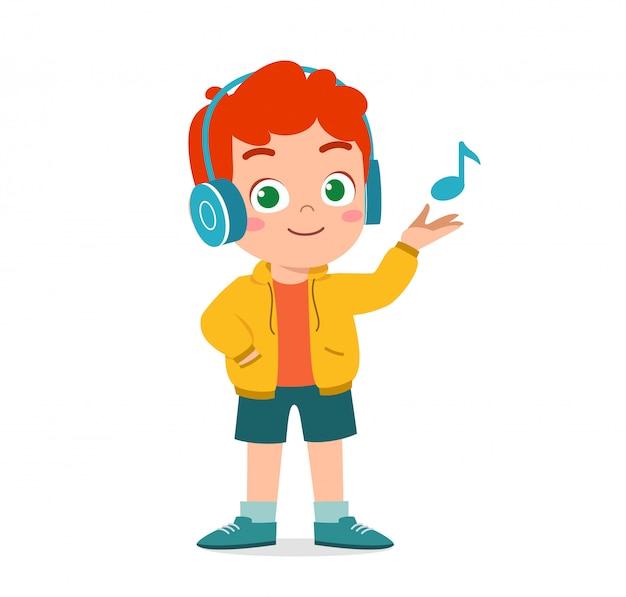 Szczęśliwy ładny chłopiec słuchać muzyki