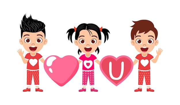 Szczęśliwy ładny dzieciak chłopcy i dziewczyna postać trzyma miłość kształt serca i kształt serca u deska na białym tle