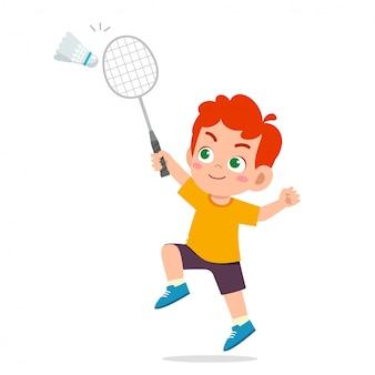 Szczęśliwy ładny dzieciak chłopiec grać w pociągu badminton