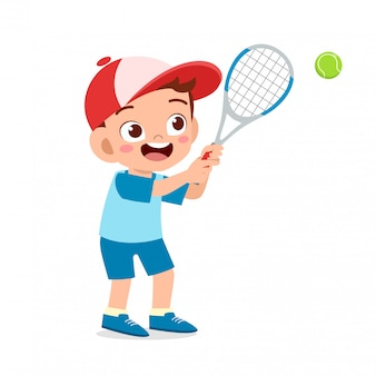 Szczęśliwy ładny dzieciak chłopiec grać w tenisa