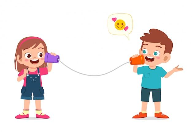 Szczęśliwy ładny małe dziecko chłopiec i dziewczynka grać telefon zabawka