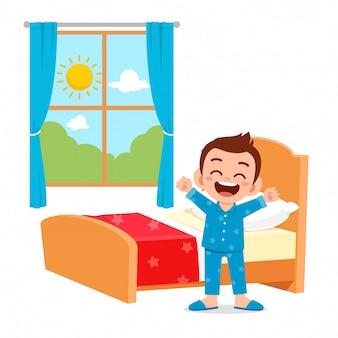 Szczęśliwy ładny małe dziecko chłopiec obudzić się rano