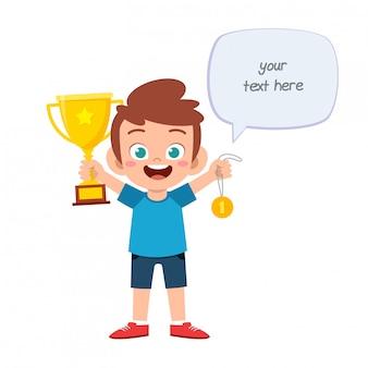 Szczęśliwy ładny małe dziecko chłopiec trzyma trofeum