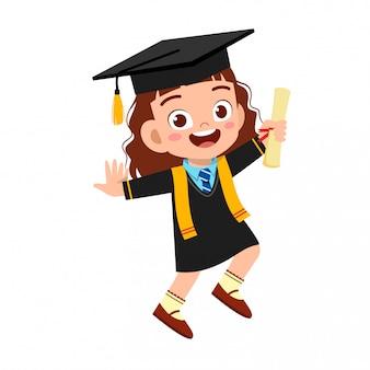 Szczęśliwy ładny małe dziecko chłopiec ukończył szkołę