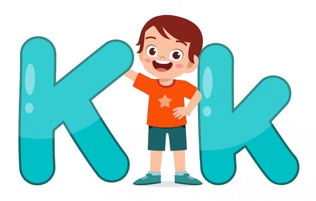 Szczęśliwy ładny małe dziecko nauki alfabetu