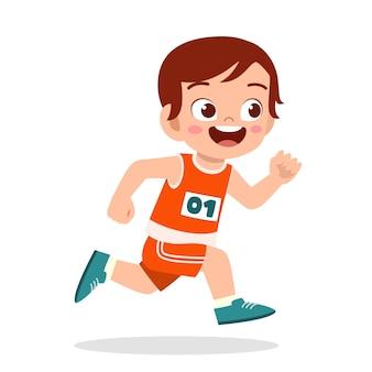 Szczęśliwy ładny mały chłopiec biegnie w maratonie