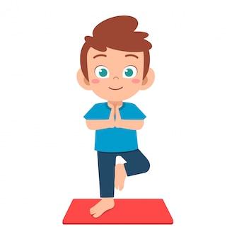 szczęśliwy ładny mały chłopiec dziecko ćwiczyć jogę