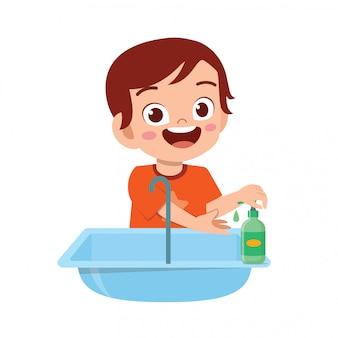 Szczęśliwy ładny mały chłopiec dziecko umyć rękę w zlewie