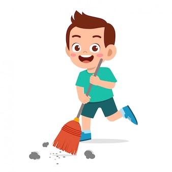 Szczęśliwy ładny mały chłopiec dziecko zamiatanie podłogi