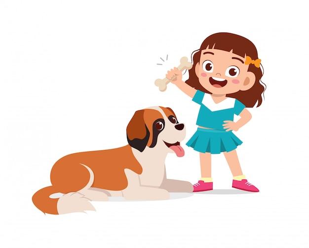 Szczęśliwy ładny mały chłopiec dziewczynka bawić się z psem