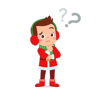 Szczęśliwy ładny mały chłopiec i dziewczynka ubrana w czerwony świąteczny kostium i myślenia