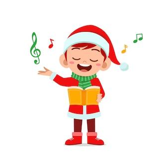 Szczęśliwy ładny mały chłopiec i dziewczynka ubrana w czerwony świąteczny kostium i śpiewać piosenkę