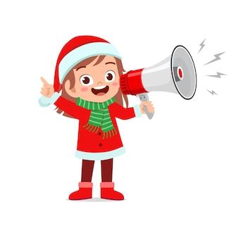 Szczęśliwy ładny mały chłopiec i dziewczynka ubrana w czerwony świąteczny kostium i trzymając megafon