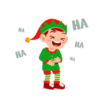 Szczęśliwy ładny mały chłopiec i dziewczynka ubrana w zielony elf świąteczny kostium i głośno się śmiać