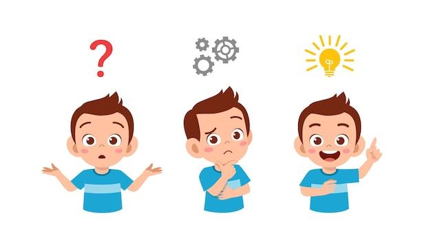 Szczęśliwy ładny mały chłopiec myśli i szuka procesu pomysł