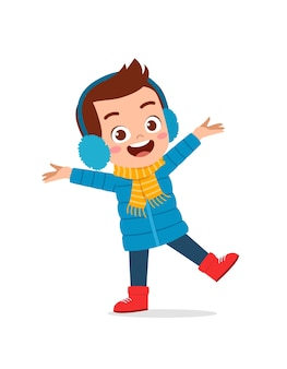 szczęśliwy ładny mały dzieciak bawić się i nosić kurtkę w sezonie zimowym