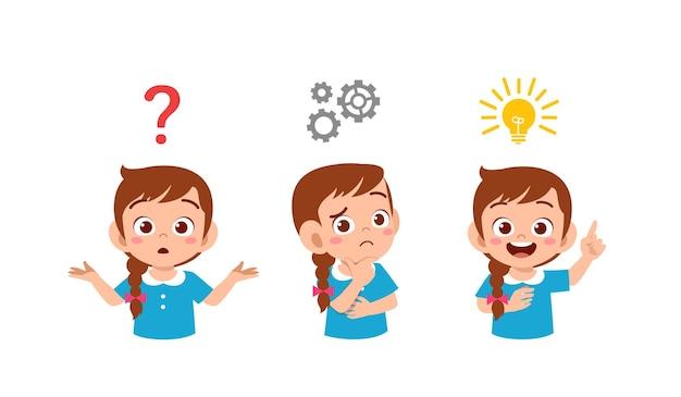 Szczęśliwy ładny mały dzieciak dziewczyna myśli i szuka procesu pomysł