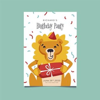 Szczęśliwy lew trzyma zaproszenie na urodziny opakowane prezent