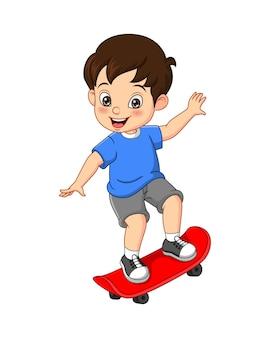 Szczęśliwy mały chłopiec grający na deskorolce kreskówka na białym tle