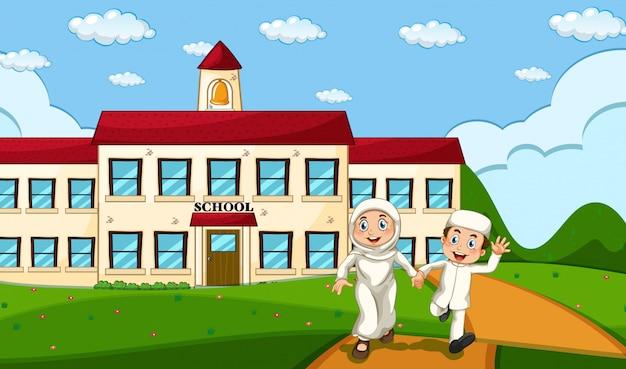 Szczęśliwy muzułmański uczeń z szkolnym tłem