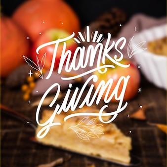 Szczęśliwy napis dziękczynienia na niewyraźne tło
