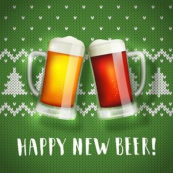 Szczęśliwy nowy plakat kufle piwa na świątecznym swetrze