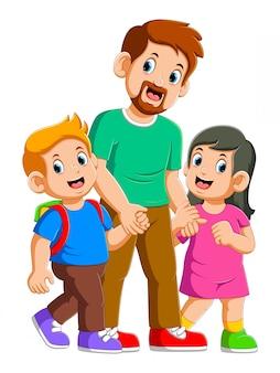 Szczęśliwy ojciec i dwoje małych dzieci bawiące się razem
