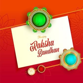 Szczęśliwy papier wiadomość raksha bandhan z widokiem z góry dekoracyjne rakhis, kumkum i ryż w miseczkach na pomarańczowym czerwonym tle.