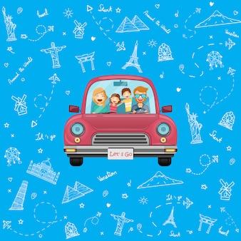 Szczęśliwy podróżnik fmaily na czerwonym samochodzie