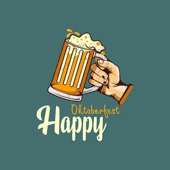 Szczęśliwy projekt powitania oktoberfest z ręki trzymającej szklankę piwa