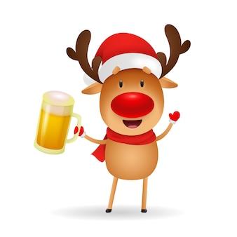 Szczęśliwy renifer z czerwonym nosem trzyma kubek piwa