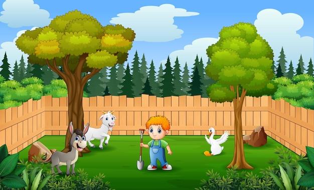 Szczęśliwy rolnik ze zwierzętami w gospodarstwie