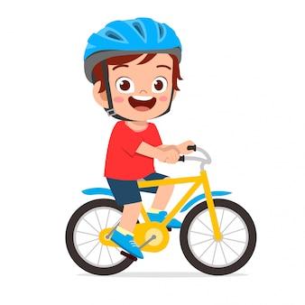 Szczęśliwy śliczny dzieciak chłopiec jedzie roweru uśmiech