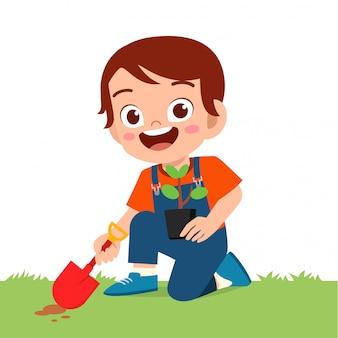 szczęśliwy śliczny małe dziecko chłopiec rośliny drzewo w ogródzie