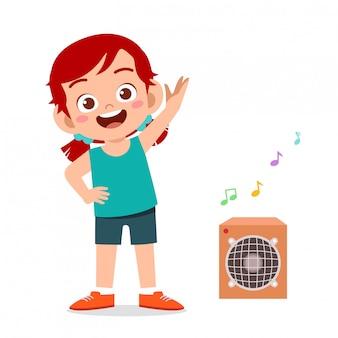 Szczęśliwy śliczny małe dziecko dziewczyny trening z słuchającą muzyką