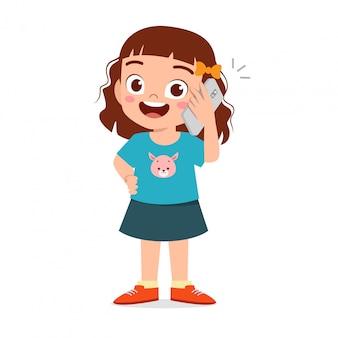 Szczęśliwy śliczny małe dziecko dziewczyny use telefon