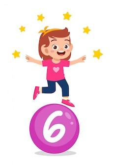 Szczęśliwy śliczny małe dziecko studiuje liczbę matematyki