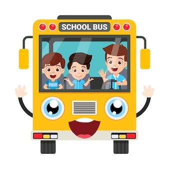 Szczęśliwy słodkie dzieci i widok z przodu autobus szkolny na białym tle