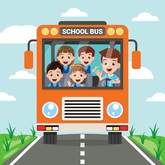 Szczęśliwy słodkie dzieci i widok z przodu autobusu szkolnego na drodze