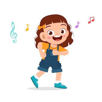 Szczęśliwy słodkie dziecko dziewczynka taniec z muzyką