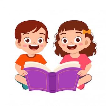 Szczęśliwy słodkie małe dzieci chłopiec i dziewczynka czytać książki