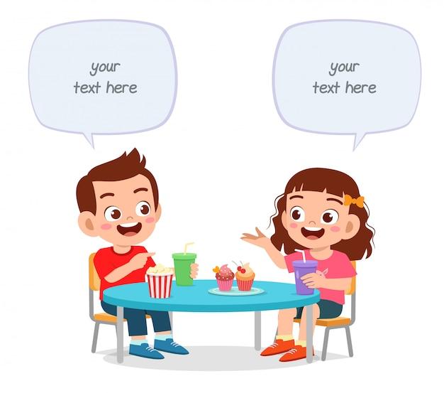 Szczęśliwy słodkie małe dzieci chłopiec i dziewczynka lunch razem