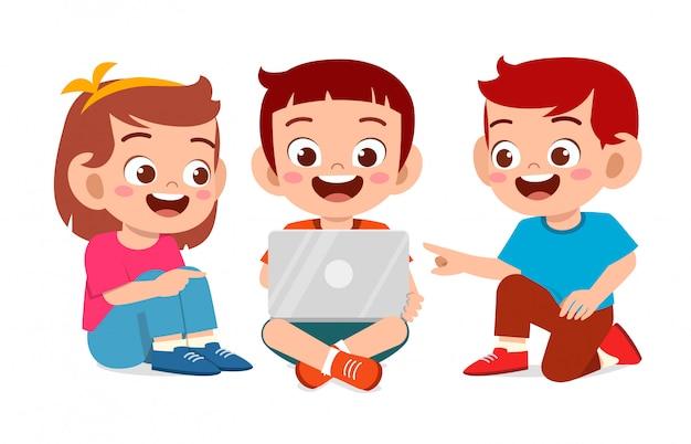 Szczęśliwy słodkie małe dzieci chłopiec i dziewczynka razem studiować
