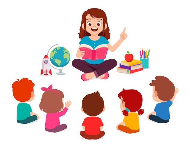 Szczęśliwy słodkie małe dzieci chłopiec i dziewczynka uczyć się z nauczycielem