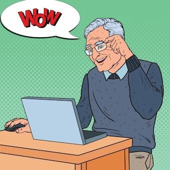 Szczęśliwy starszy mężczyzna za pomocą laptopa
