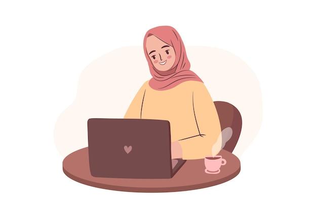 Szczęśliwy student w hidżabie pracujący na laptopie kobieta biznesu z mocą lub freelancer